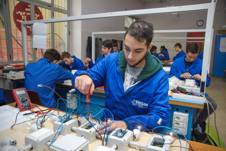 Iscriviti al corso Operatore Elettronico Triennale: scegli la formazione fatta in azienda per il tuo futuro.