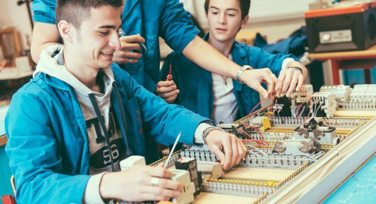 Iscriviti al corso Operatore Elettronico: scegli la formazione fatta in azienda per il tuo futuro.