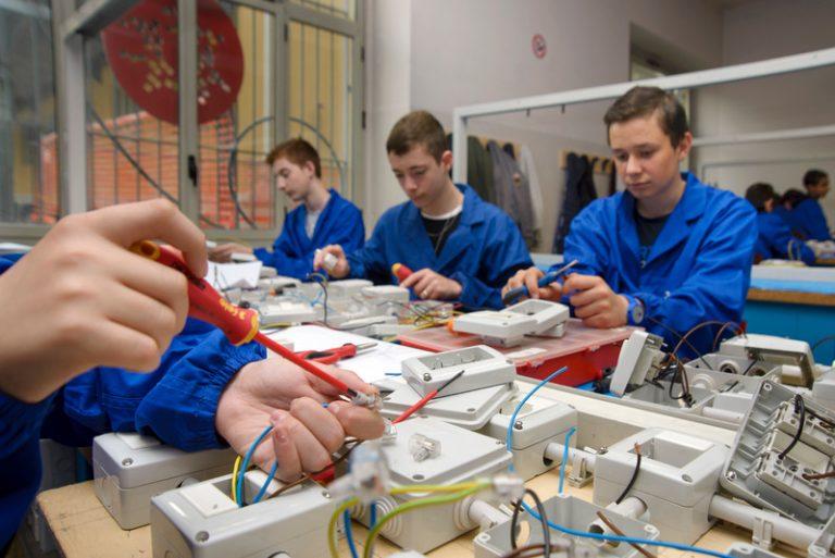 Iscriviti al corso Operatore Elettrico: scegli la formazione fatta in azienda per il tuo futuro.